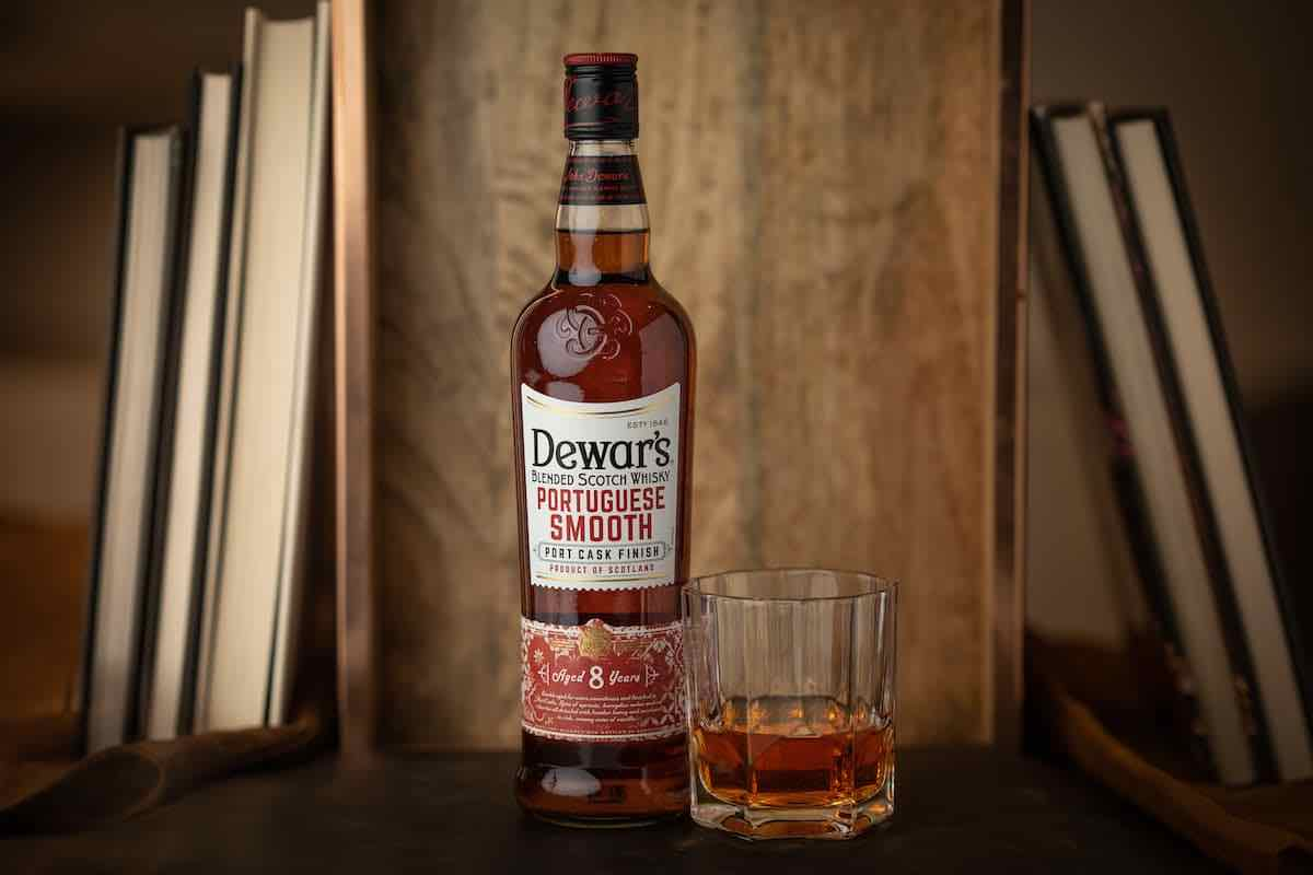 Dewars Portuguese Smooth with whisky glass